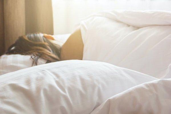Dormir en un ambiente que no sea totalmente oscura puede provocar un peligro mortal