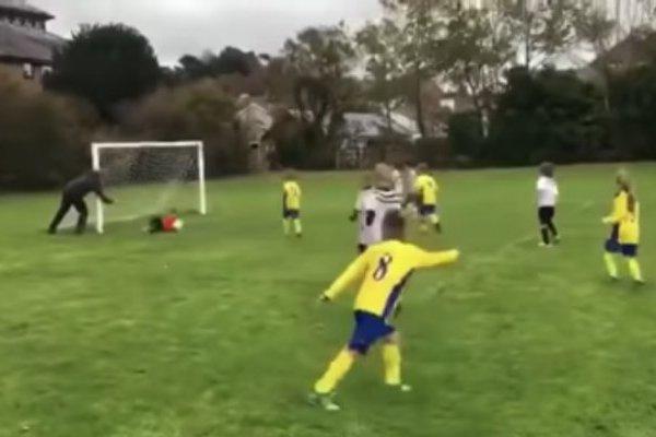 Padre empuja a su hijo de 6 años para que impidiera un gol
