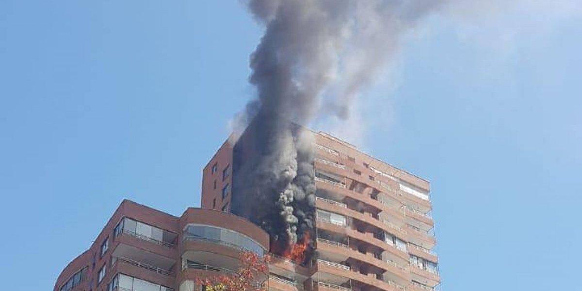 Voraz incendio en piso 16 de edificio de Vitacura: hay personas atrapadas