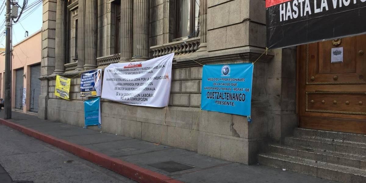 Médicos cumplen cinco días de manifestar frente al Congreso