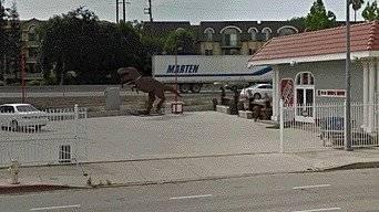 """Google Maps captó al dinosaurio """"Cállese viejo lesbiano"""" Tomado de La República"""