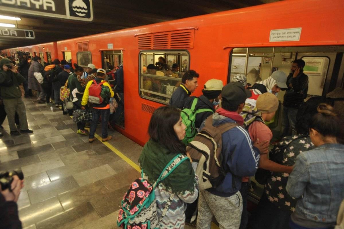 Además los migrantes han llegado al albergue en el Metro Foto: Cuartoscuro