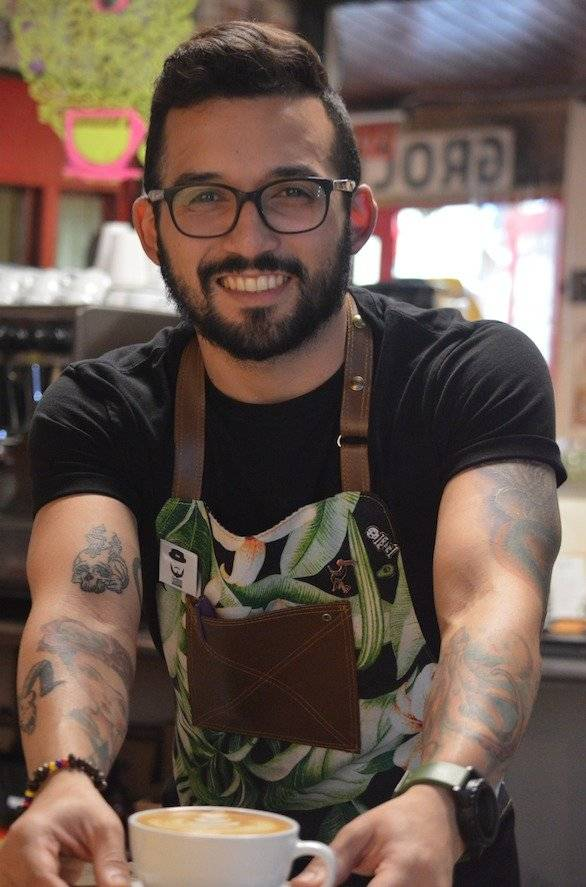 Con sus destrezas en el café William Otero conquista al público l Fotos por Perla Hernández
