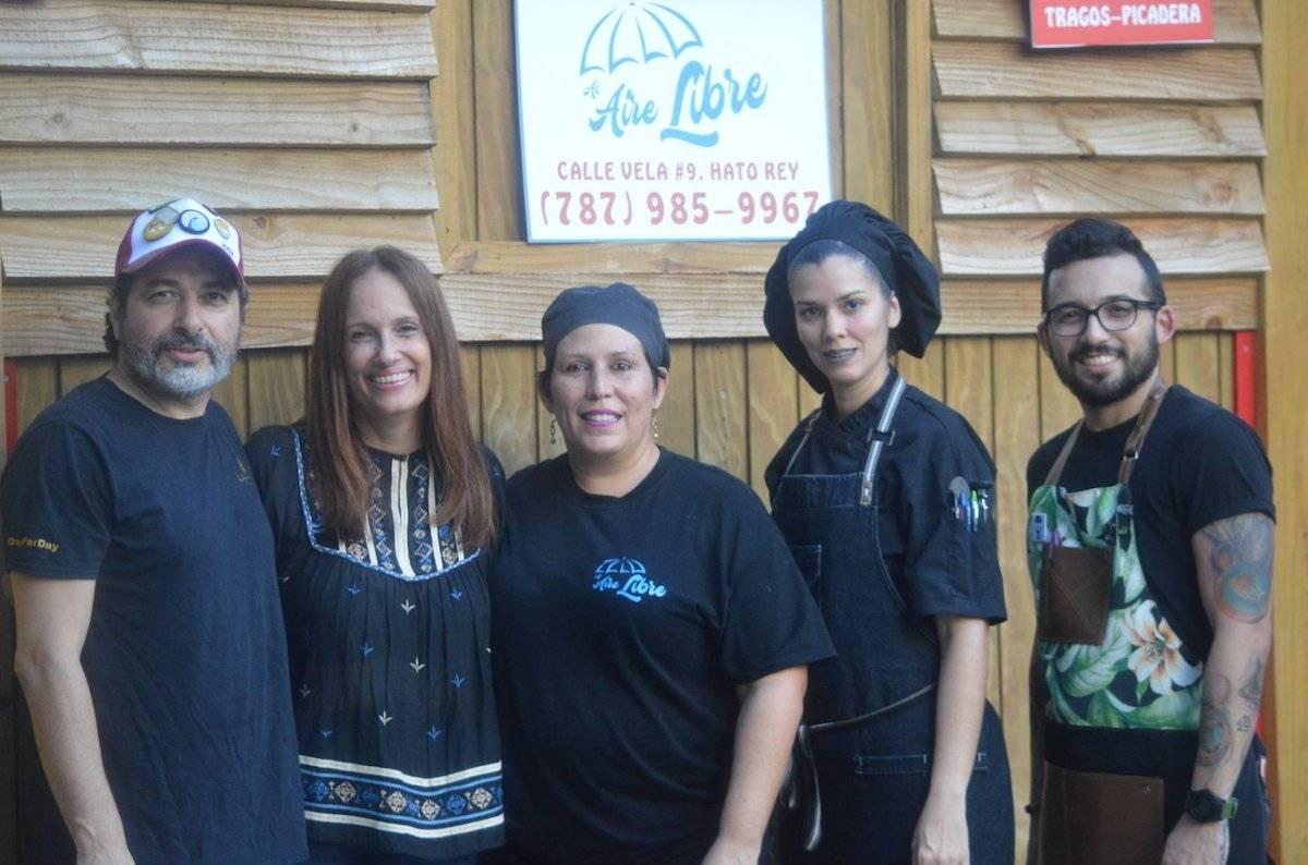 Equipo culinario de Al Aire Libre en Hato Rey l Fotos por Perla Hernández