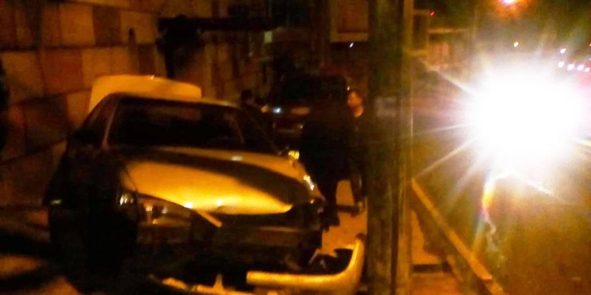 Reportan vehículo empotrado en bulevar San Cristóbal
