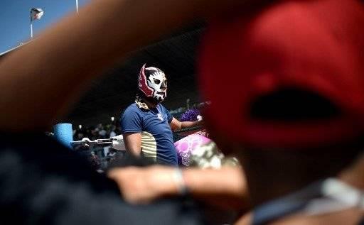 Luchadores mexicanos organizan varias luchas en el albergue armado para migrantes hondureños en la Ciudad de México. AFP