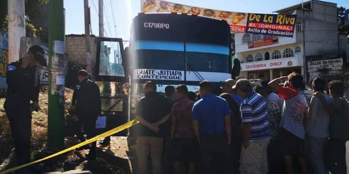Ayudante muere durante balacera en autobús