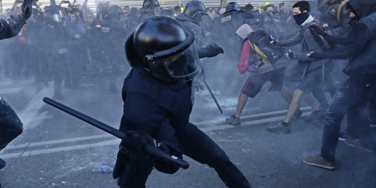 Separatistas se enfrentan con la policía en Cataluña