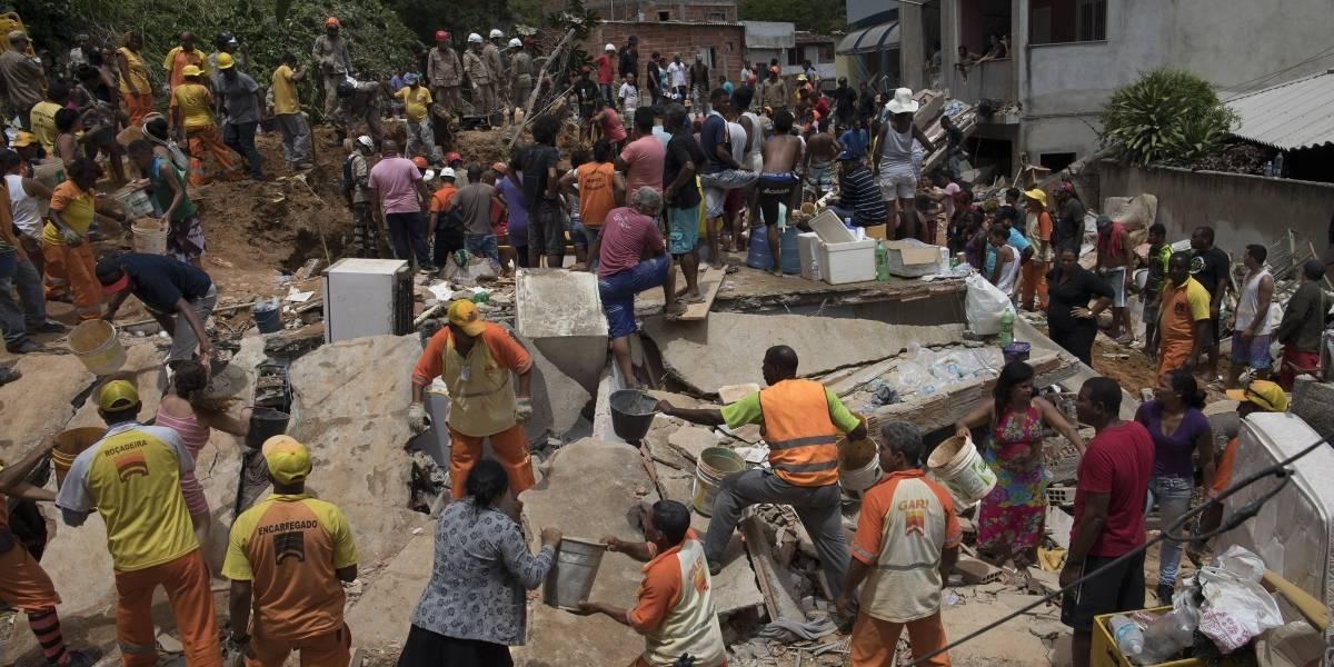 Las imágenes de desolación tras deslizamiento en un morro en Brasil que deja al menos 14 muertos