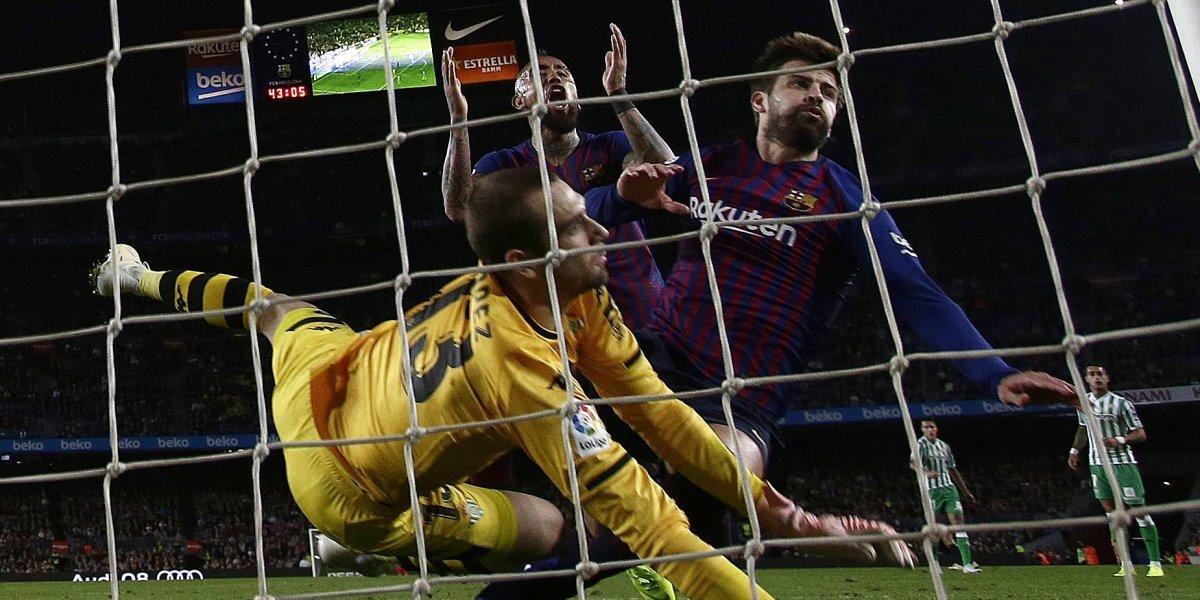 """La conversación de Vidal con Piqué por el gol que le """"quitó"""" en la derrota de Barcelona"""