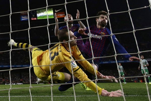 """El gol que le """"quita"""" Piqué a Vidal / imagen: AP"""