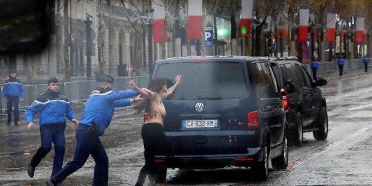 """""""Bienvenidos criminales de guerra"""": activistas de Femen irrumpen en paso de la caravana de Trump por París"""
