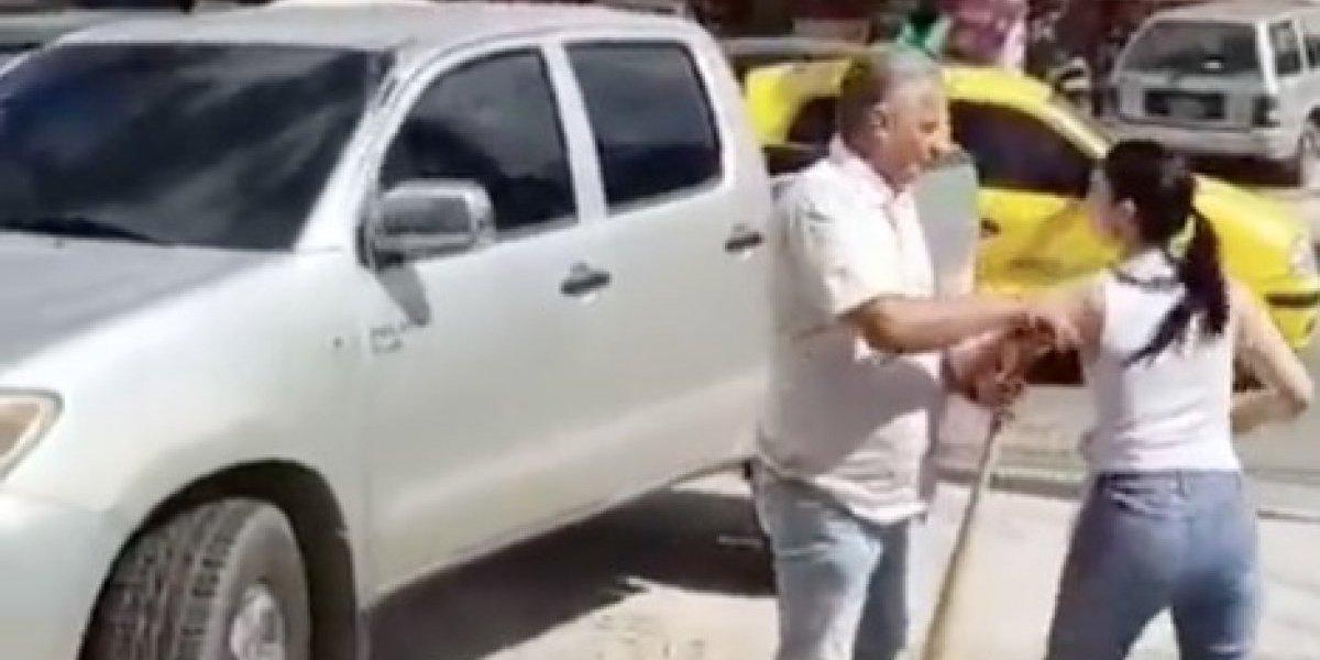 Enfrentó a la amante de su marido con un bate y causa caos vial