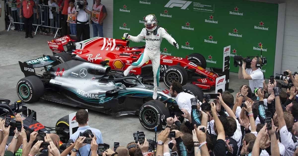 Lewis Hamilton comemora vitória Foto: André Porto / Metro Jornal