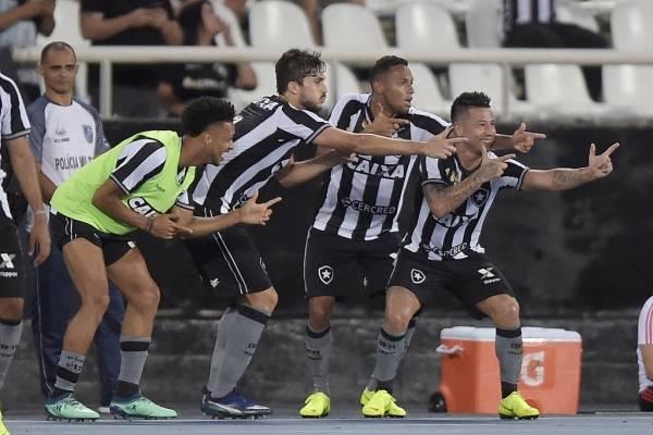 El festejo de Leo Valencia con sus compañeros en Botafogo. El chileno es figura en el Fogao / Foto: Getty Images