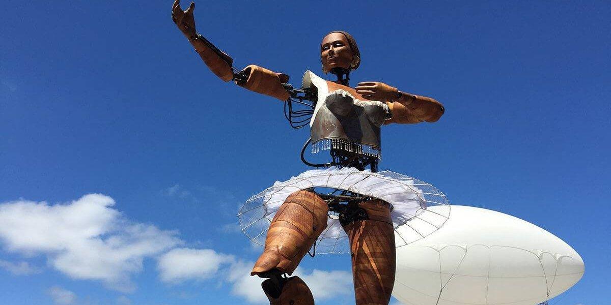 Bailarina gigante será la gran atracción de Santiago a Mil
