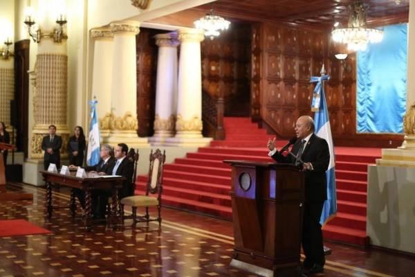 El presidente, Jimmy Morales, y el vicemandatario, Jafeth Cabrera, participan en el aniversario.