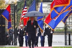 """Donald Trump provoca """"malestar"""" durante su visita a París"""