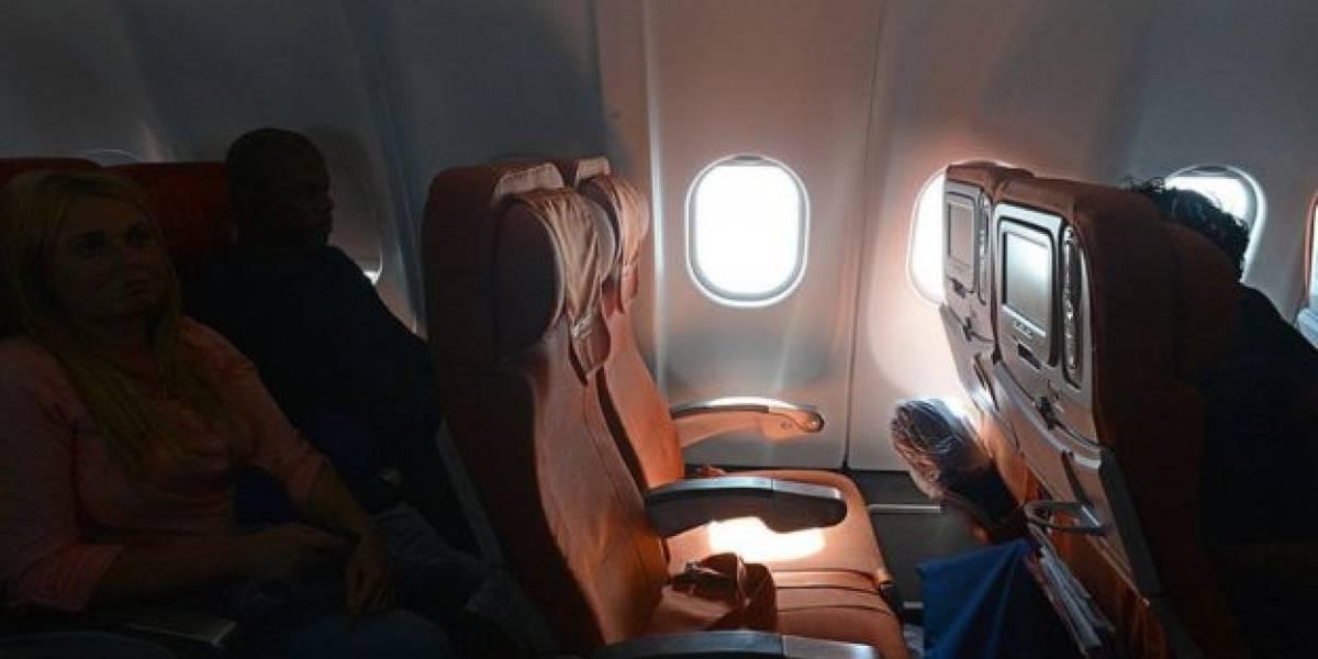 Pasajero reclama en avión porque quería un asiento en la ventana y azafata le responde con épico troleo