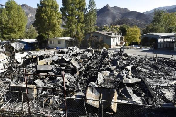 Esta fotografía del domingo 11 de noviembre de 2018 muestra propiedades destrozadas por incendios forestales en Agoura Hills, California.