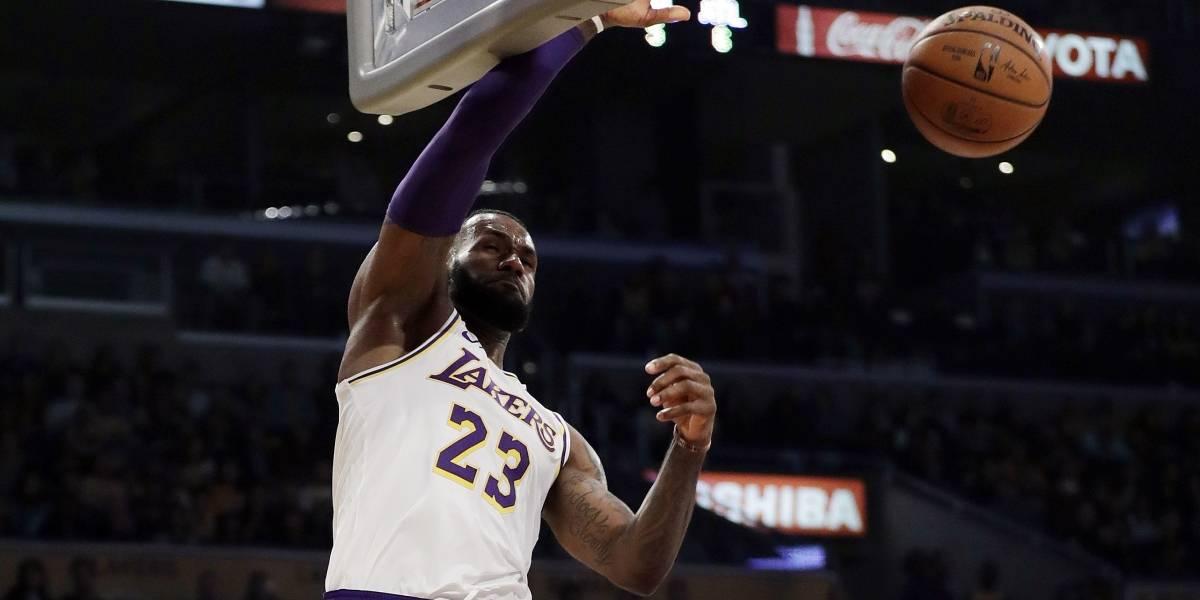 LeBron James salva a los Lakers con espectacular jugada