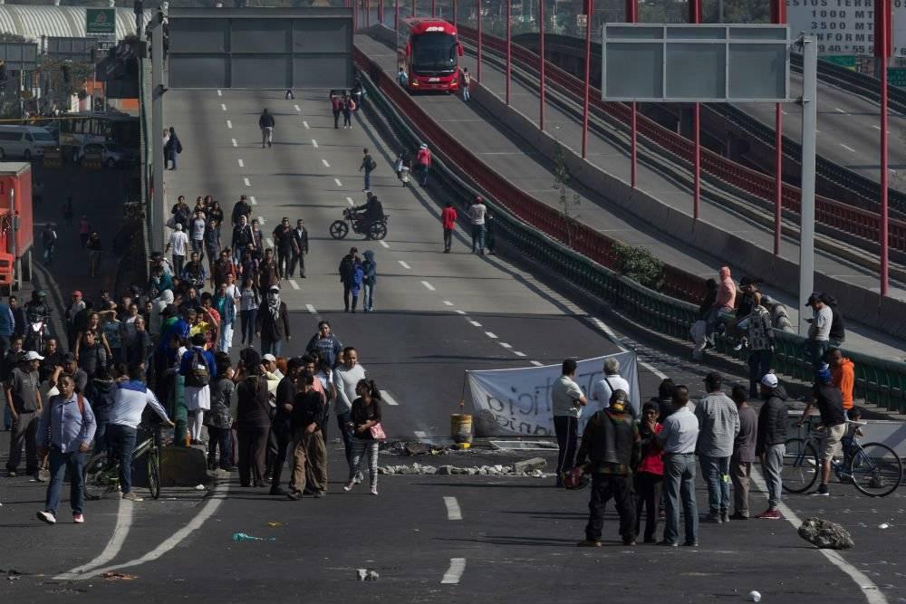 Durante el bloqueo se incendiaron vehículos y hubo saqueos. Foto: Cuartoscuro