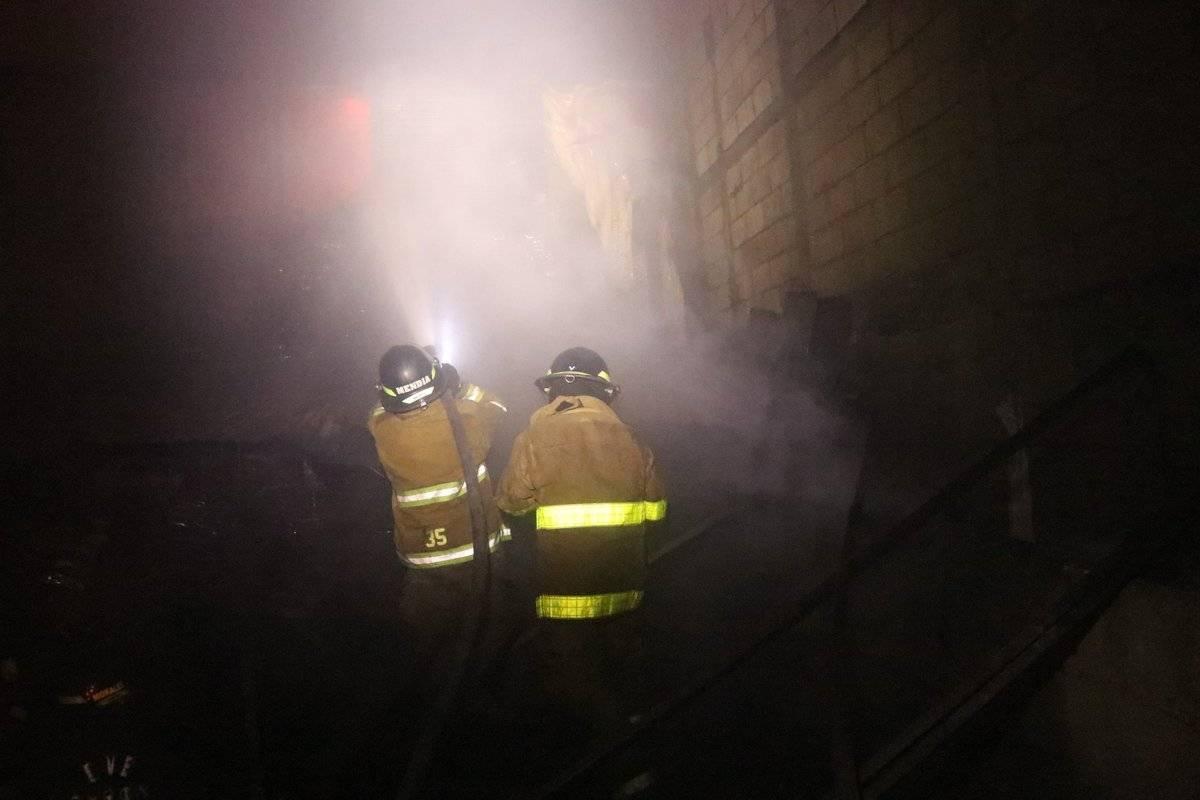 Para apagar el incendio, los bomberos utilizaron más de dos mil galones de agua. Foto: Bomberos Voluntarios
