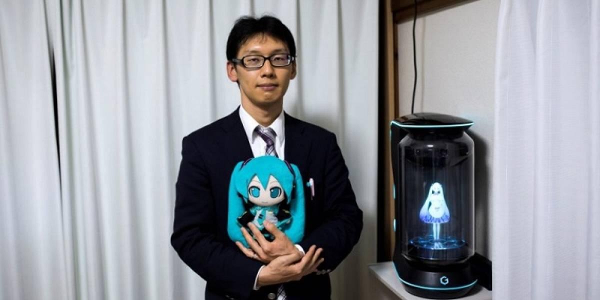 Japonés se casa con mujer animé de 16 años en forma de holograma
