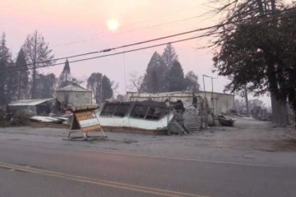 Fuertes vientos dificultan combate a incendios que dejan 44 muertos en EEUU