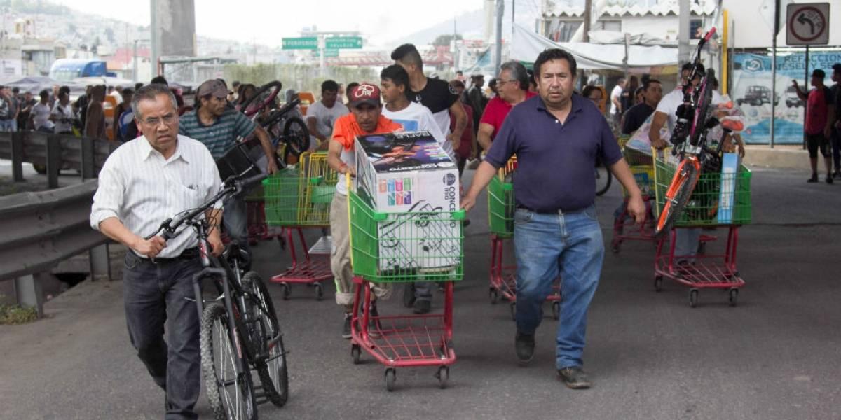 Vecinos de San Juanico regresan mercancía saqueada por presuntos encapuchados