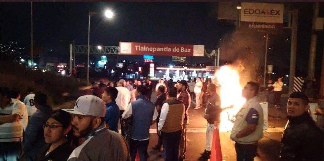 """Habitantes prendieron llantas en protesta por """"abuso de autoridad"""" Foto: @luismiguelbaraa"""