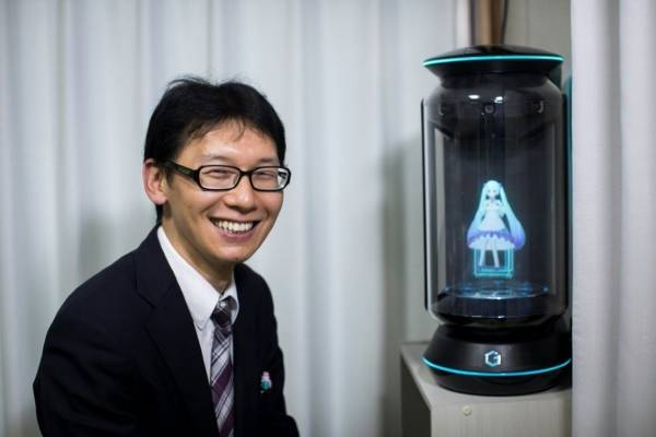 japonés se casó con un holograma