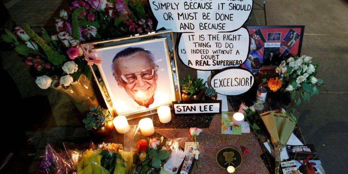 Estrela de Stan Lee na Calçada da Fama vira palco para homenagens