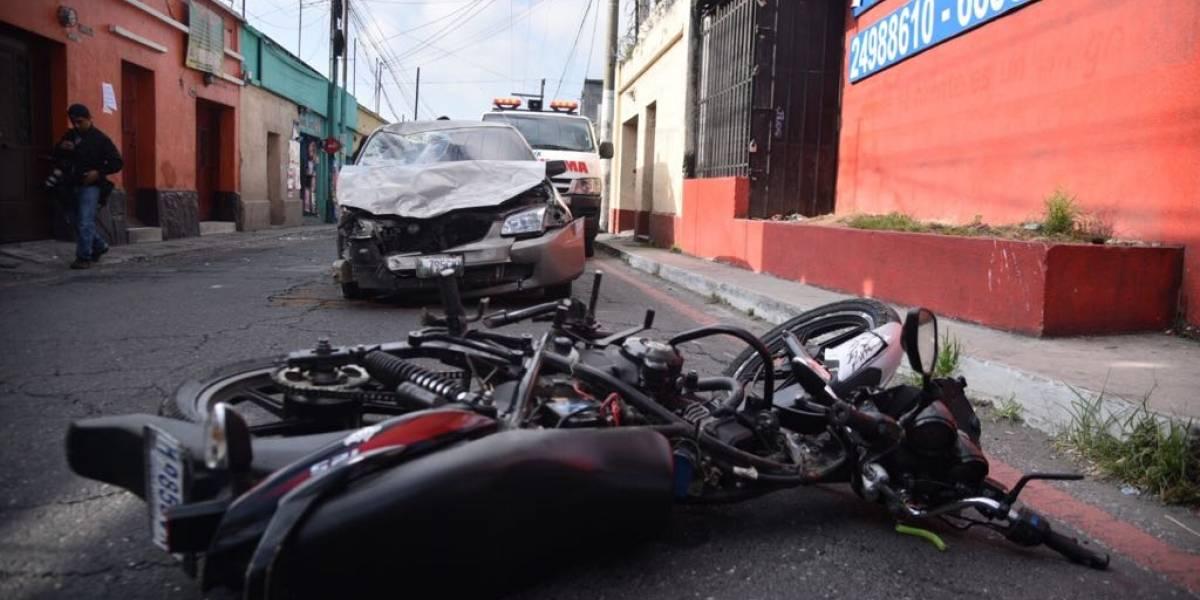 Conductor involucrado en mortal colisión asegura que agente atendió una llamada y le dio la vía