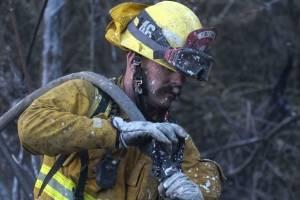 Un bombero rocía agua en los puntos calientes restantes en un área en West Hills, California, el domingo 11 de noviembre de 2018. (Foto: AP / Ringo H.W. Chiu)