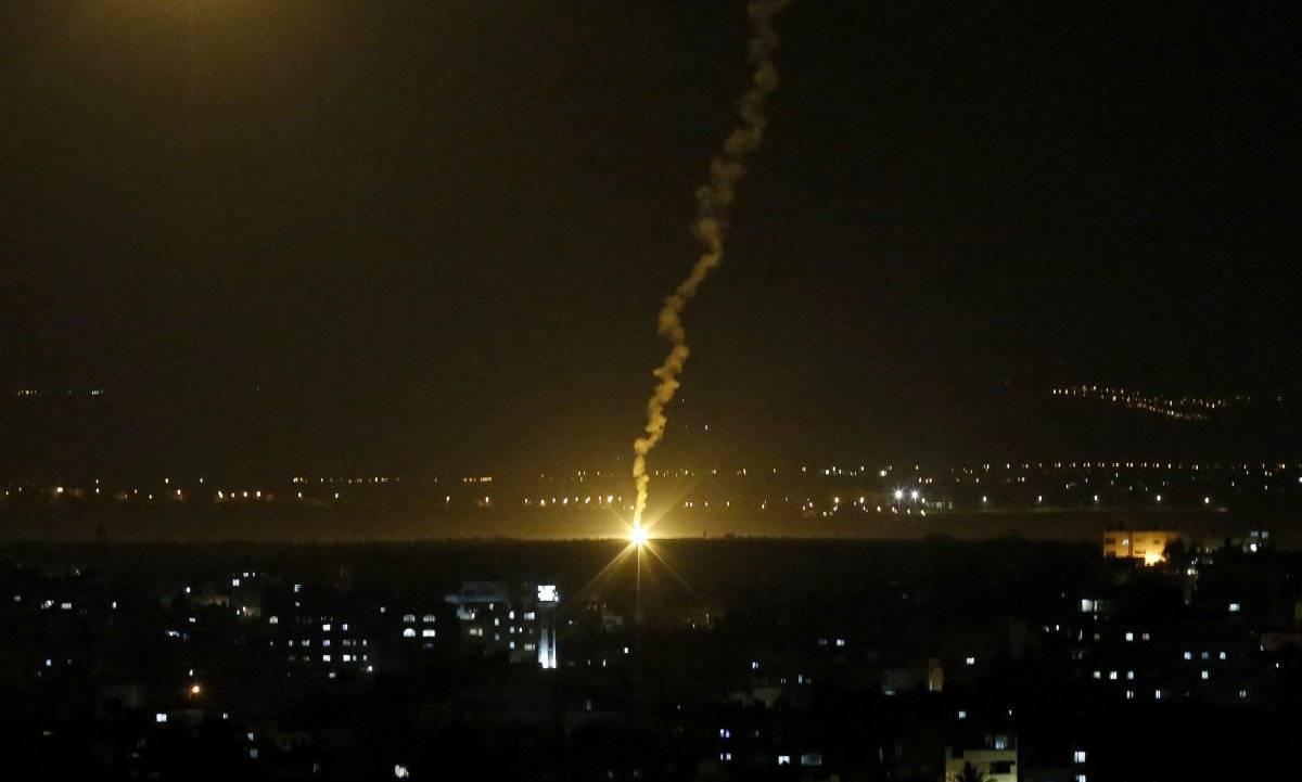 """Las llamas provenientes de las fuerzas israelíes iluminan el cielo nocturno en la ciudad de Gaza, el lunes 12 de noviembre de 2018, luego de que los militares israelíes lanzaron aviones de combate para atacar """"objetivos terroristas"""" en toda la Franja de Gaza. (Foto: AP/Hatem Moussa)"""