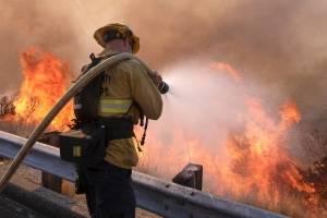Un bombero lucha contra un incendio en la autopista Ronald Reagan (118) en Simi Valley, California, el lunes 12 de noviembre de 2018. (Foto: AP / Ringo H.W. Chiu)