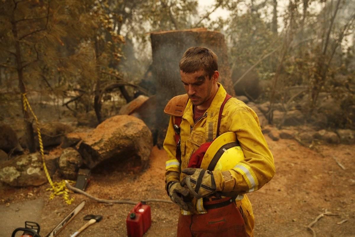 El bombero Shawn Slack descansa después de talar árboles quemados en el Camp Fire, el lunes 12 de noviembre de 2018, en Paradise, California. (Foto: AP / John Locher)