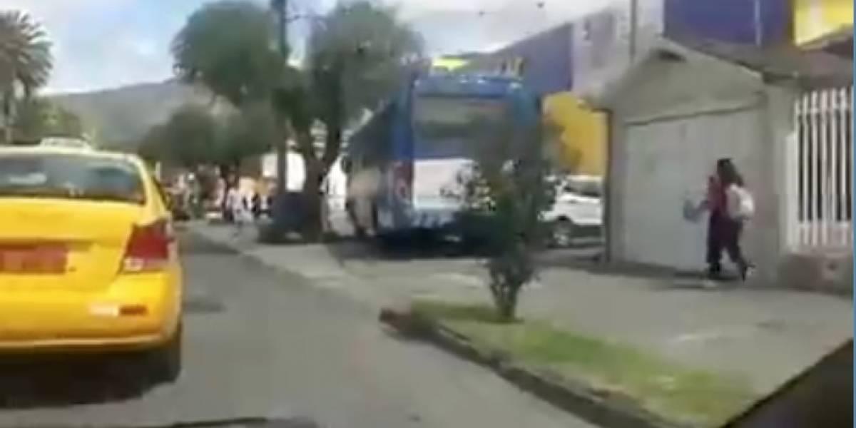 Ibarra: Bus invade vereda para evitar el tráfico