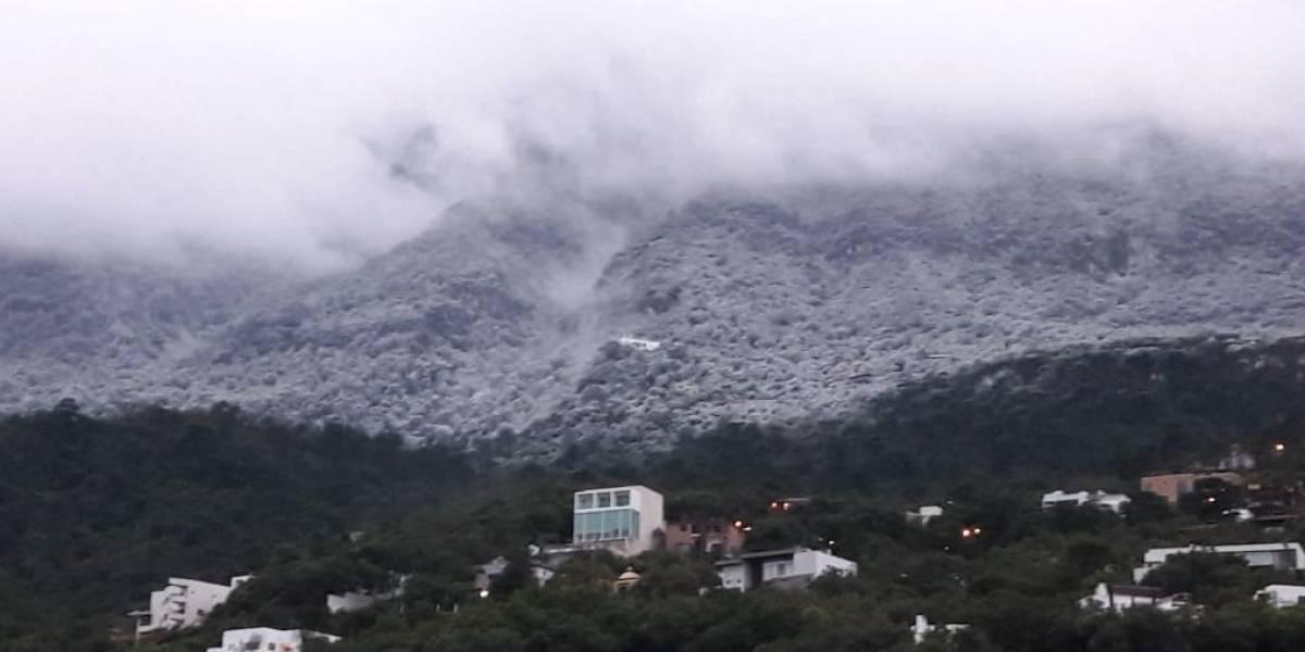 Montañas en Monterrey se cubren de blanco por caída de agua nieve