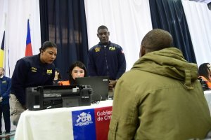 El calvario de los migrantes para pedir una cita en la PDI: advierten de complicaciones para tramitar sus visas