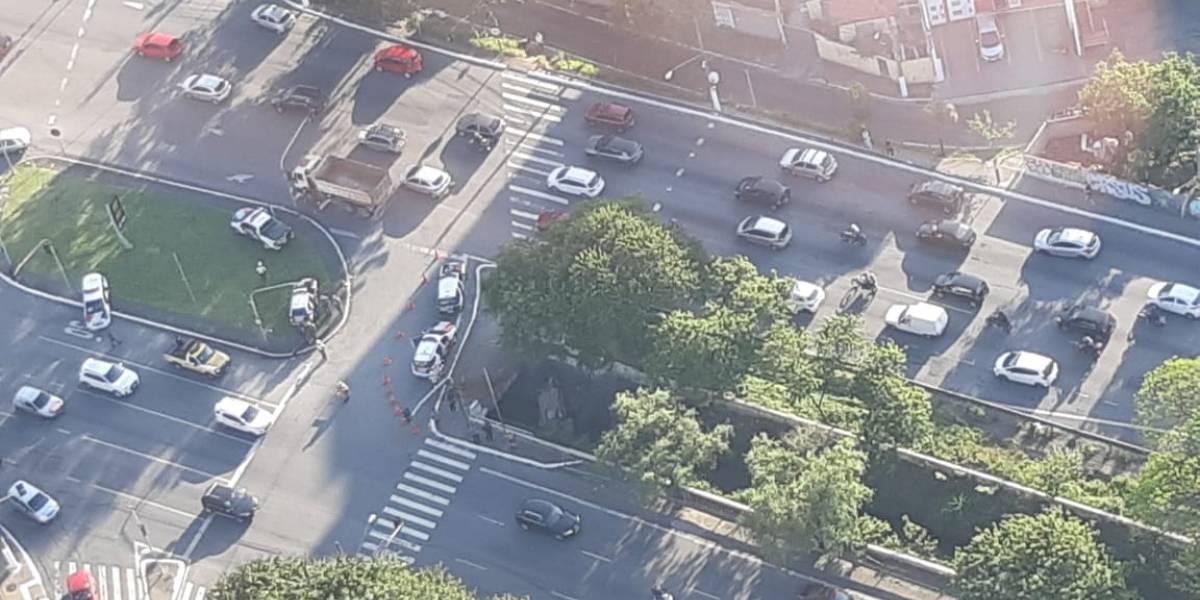 Motorista perde o controle e veículo cai no córrego Ipiranga