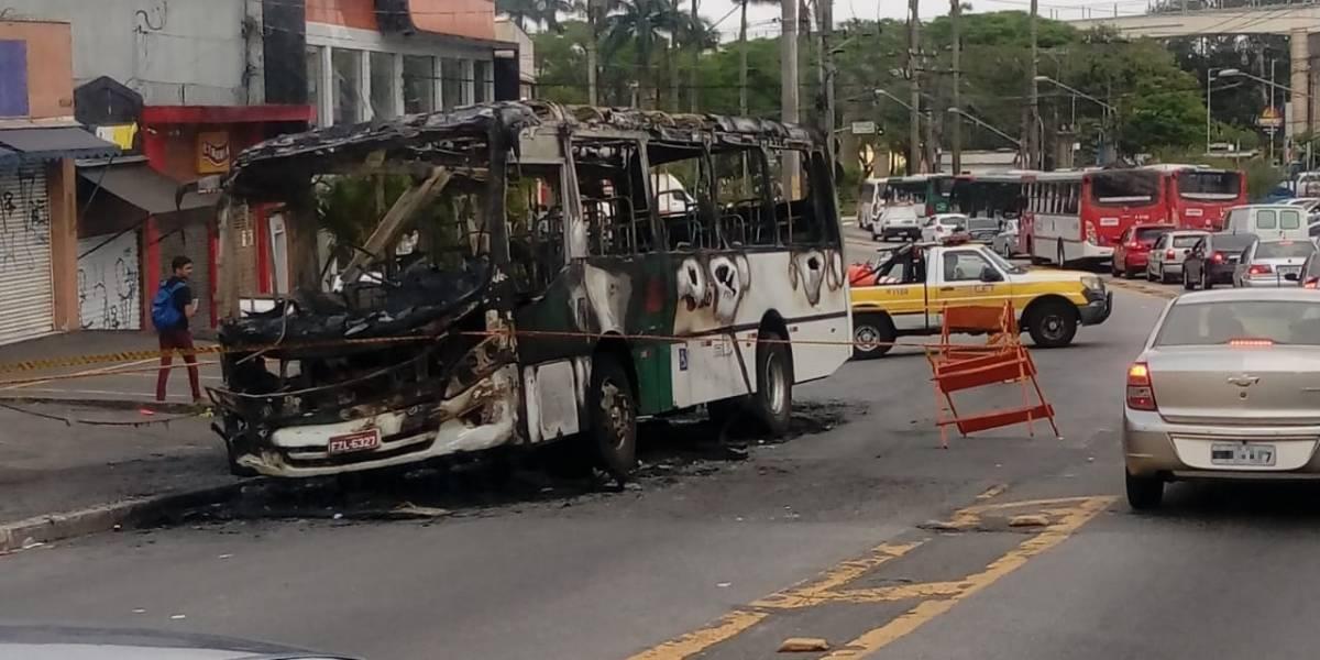 Ônibus pega fogo em Carapicuíba e causa uma morte