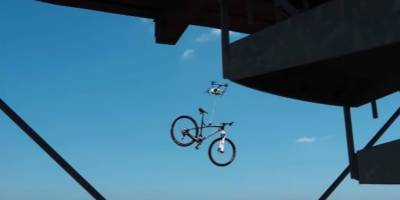 Dron roba una bicicleta con un imán