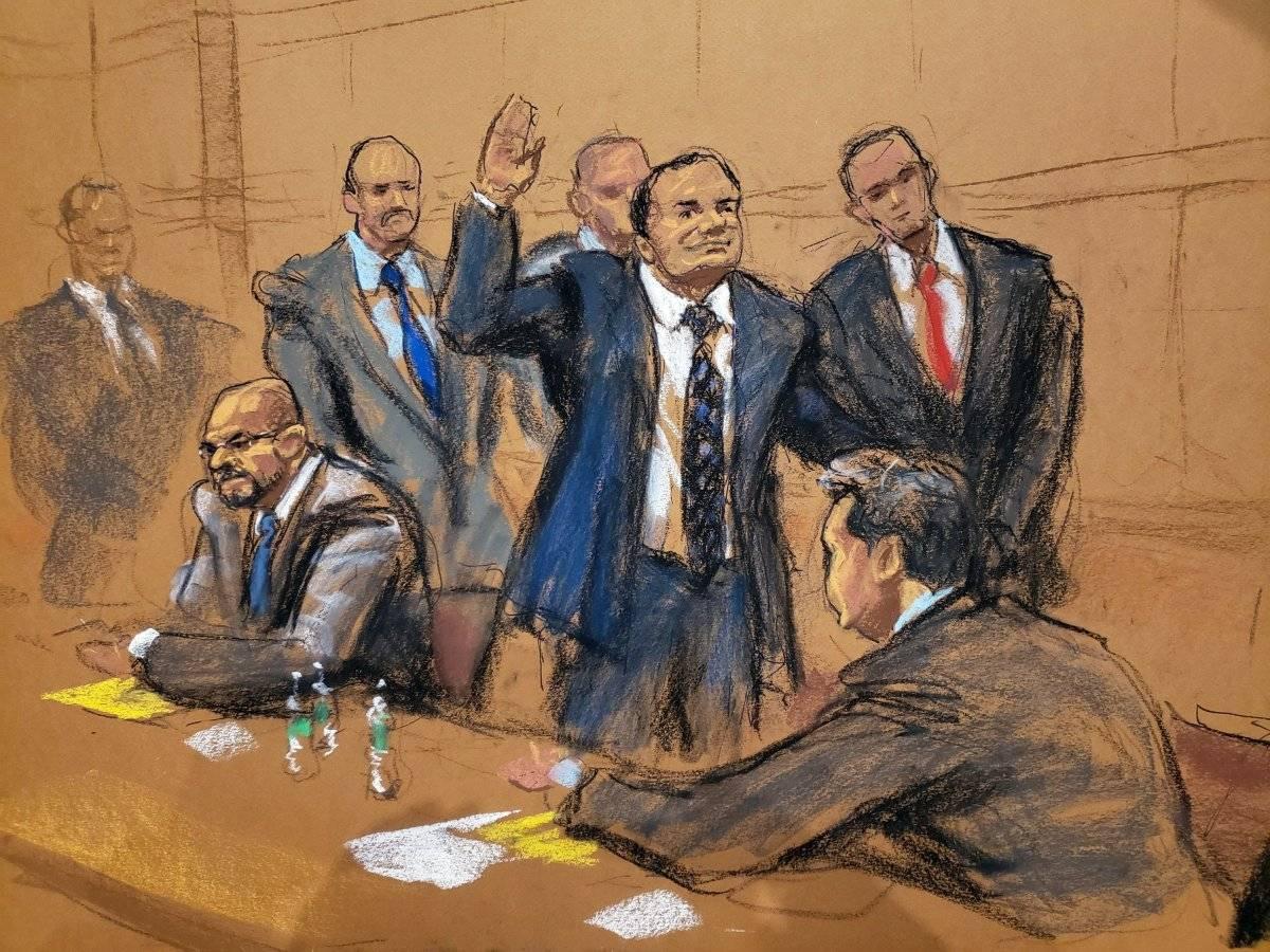 """Reproducción fotográfica de un dibujo realizado por la artista Jane Rosenberg donde aparece el narcotraficante mexicano Joaquín """"El Chapo"""" Guzmán mientras saluda a su esposa antes del inicio del primer día de su juicio hoy, martes 13 de noviembre de 2018, en el tribunal del Distrito Sur en Brooklyn, Nueva York (EE.UU.). El mexicano Joaquín """"el Chapo"""" Guzmán afronta las acusaciones por narcotráfico, que le pueden costar la cadena perpetua, después de que el tribunal de Nueva York haya escogido a los 12 miembros del jurado que dirimirá su culpabilidad EFE/Jane Rosenberg"""
