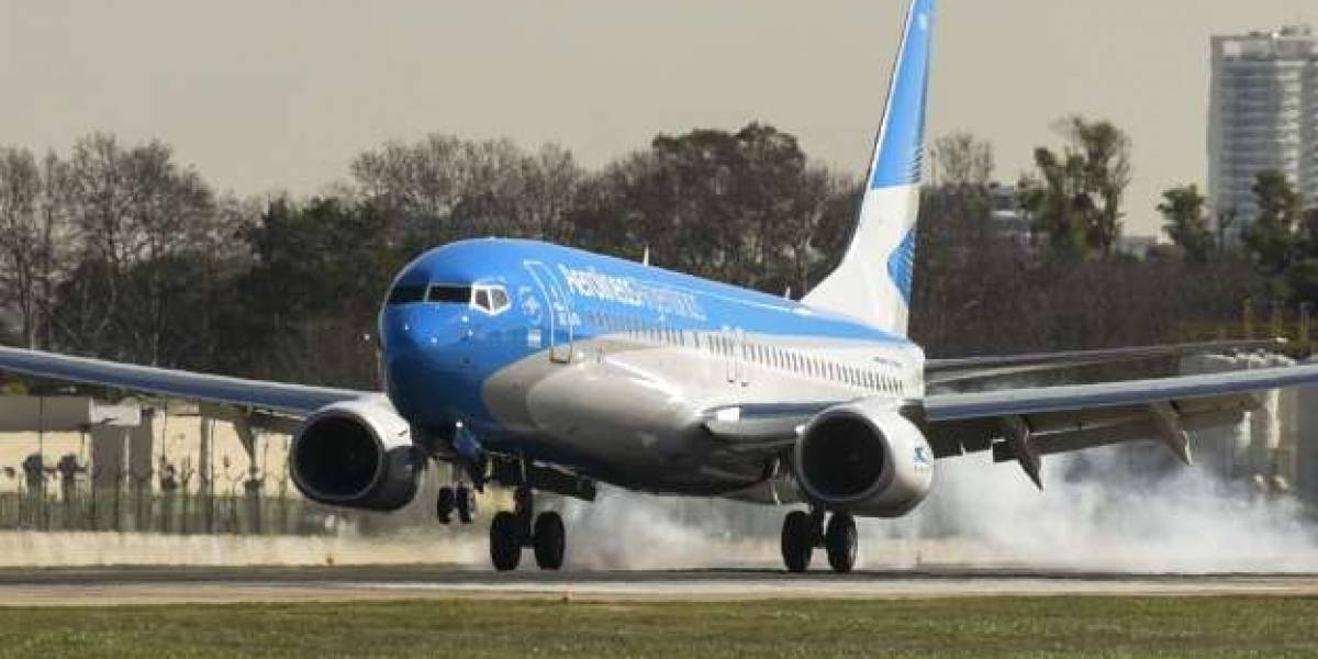 Minutos de terror en Argentina: hombre interfiere comunicación del aeropuerto, ordena despegue de avión y casi provoca tragedia aérea