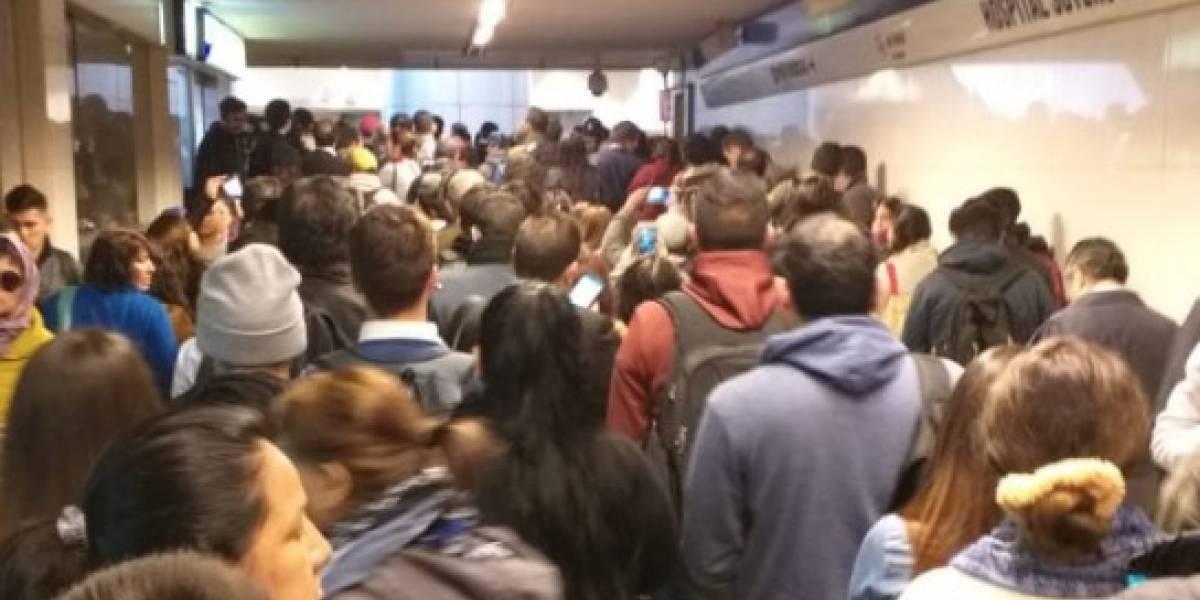 Línea 4 del Metro registra gran colapso: estaciones cerradas, aglomeración de pasajeros y demora de salida en trenes