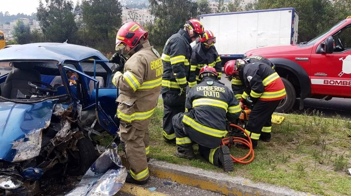 Quito: Dos heridos por accidente de tránsito en la avenida Simón Bolívar, sector de Carapungo BOMBEROS QUITO