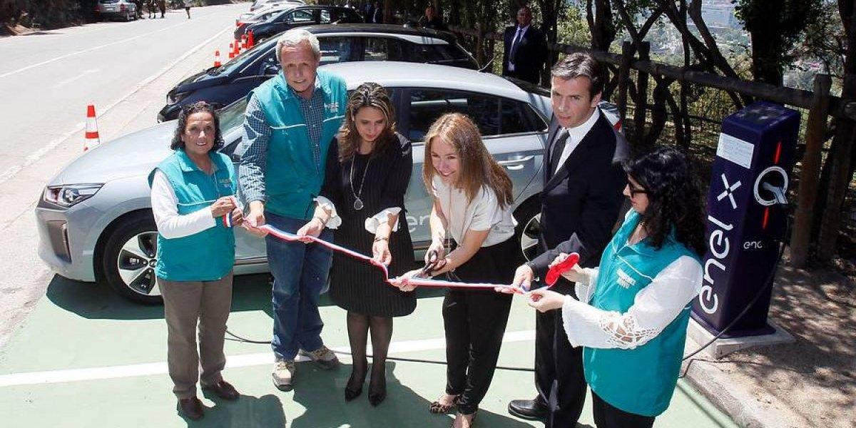 Santiago: inauguran electrolinera... ¡En la punta del cerro!
