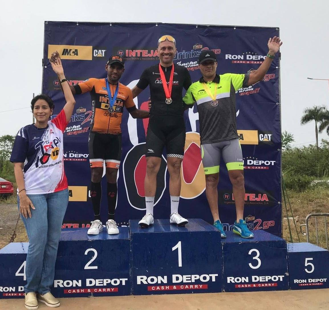 Foto: En el medio, Javier Oyola celebra su primer lugar en el segundo día de competencias/Suministrada